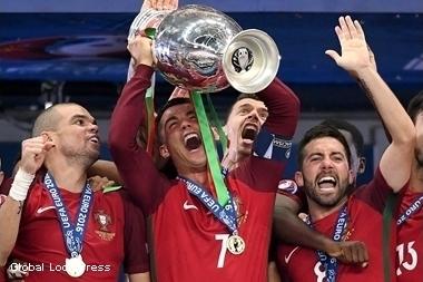 Португалия стала чемпионами Европы 2016, победив Францию.